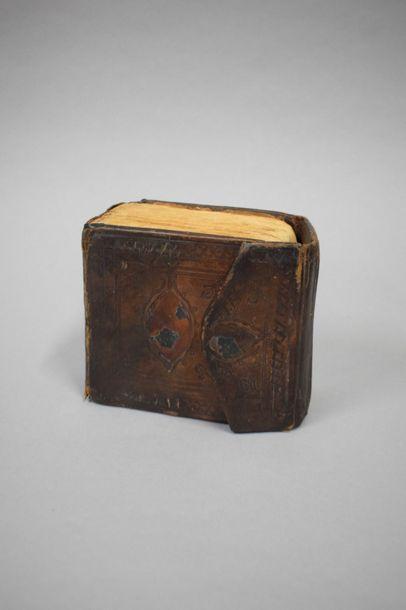 Coran  Reliure en cuir (usures et déchirures)...
