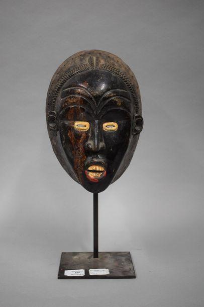Masque Baoulé à patine laquée et de peinture...