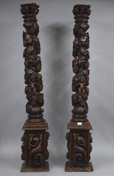 Paire de colonnes en chêne sculpté  à décor...