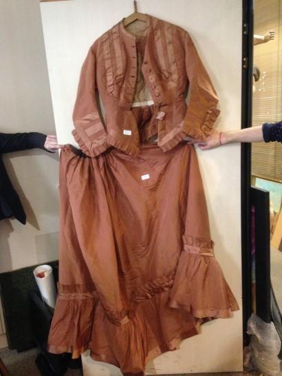 Robe en taffetas et en soie brune composée...