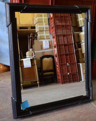 Grand miroir en bois noirci de forme carrée...