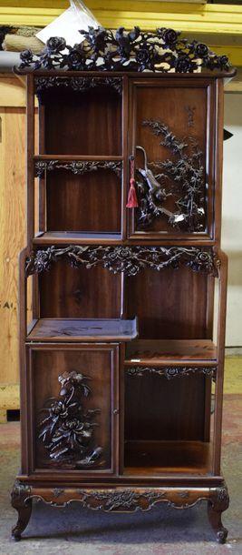Meuble en bois sculpté à étagères et deux...