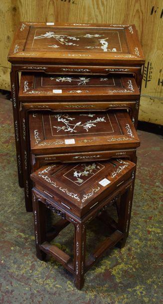 Quatre tables gigognes en bois sculpté et...