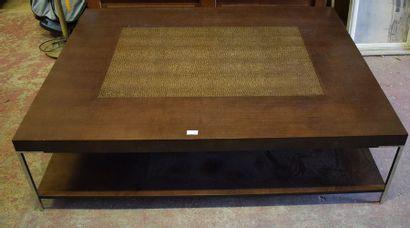 Grande table basse carrée en bois exotique et piétement métallique. Travail moderne....