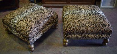 Dans le goût de Garouste & Bonetti Deux poufs carrés couvert de tissu léopard Travail...