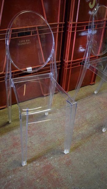 Ensemble de cinq chaises en plexiglas H. : 91 cm