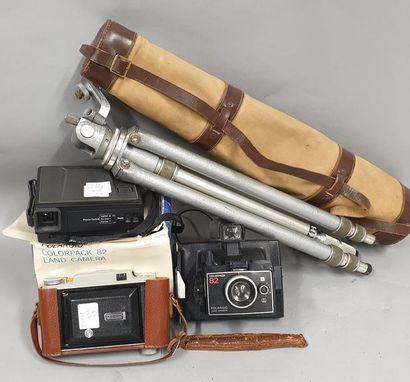 Lot de quatre appareils photographiques divers...