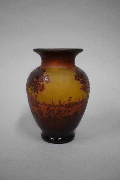 D'ARGENTAL Vase à décor de paysage Signé