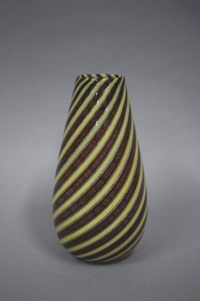 Vase en verre à col resserré à décor de rubans...