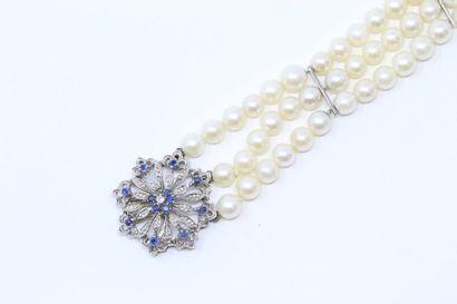Bracelet formé de trois rangs de perles de...