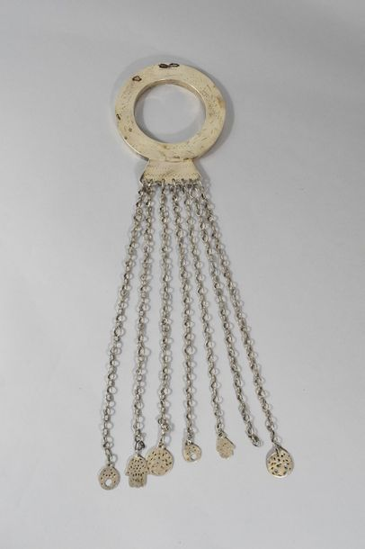 Bracelet rond en argent à sept chaînes terminées...