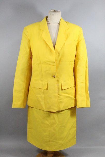 Tailleur d'été en tissus jaune composé d'une...