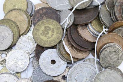 Vrac de pièces de monnaie du monde. Majoritairement...