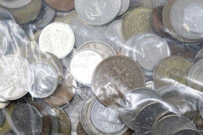 Vrac de pièces de monnaie du monde. XXe....
