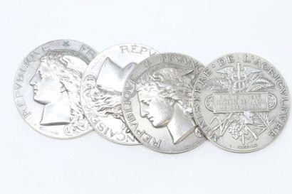 Ensemble de quatre médailles en argent.  Avers...