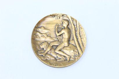 Médaille en bronze à patine doré représentant...