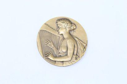 E. Mouchon Médaille en bronze à patine doré...