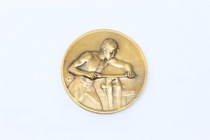 Médaille en bronze doré représentant un rémouleur....