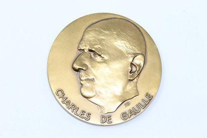 R.B  Médaille en bronze à patine doré réprésentant...