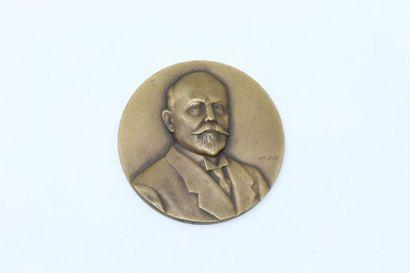 P. Turin  Médaille uniface en bronze à patine...