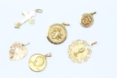 Lot de médailles et de croix en or jaune...
