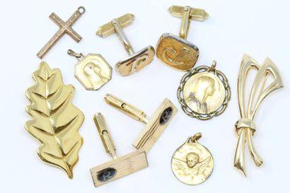 Lot de bijoux fantaisie en métal doré comprenant...
