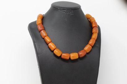 Collier formé de cylindres d'ambres. (ac...