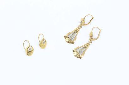 Deux paires de boucles d'oreilles en or jaune...