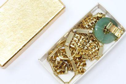 Lot de bijoux fantaisie en métal doré contenant...