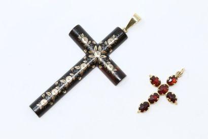 Lot comprenant :  - une croix écaillée piquée...