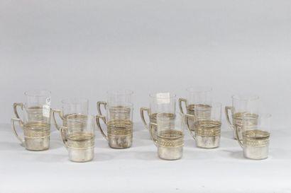 Douze verres à thé, monture en argent ajouré....