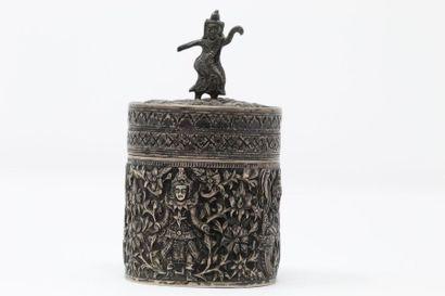 Boîte cylindrique en argent au riche décor...