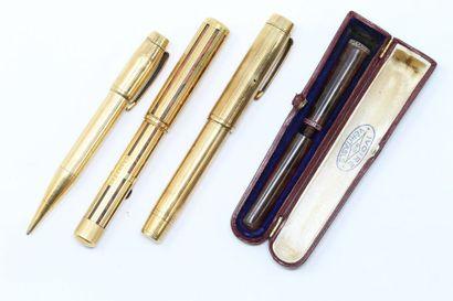 Lot comprenant 3 stylos plume et à billes...