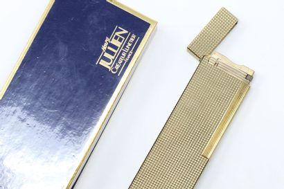 S.T.DUPONT  Briquet de table en métal doré...
