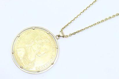 Pendentif en or jaune 18k (750) orné d'une...