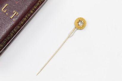 Epingle à cravate en or jaune 18k (750) ornée...