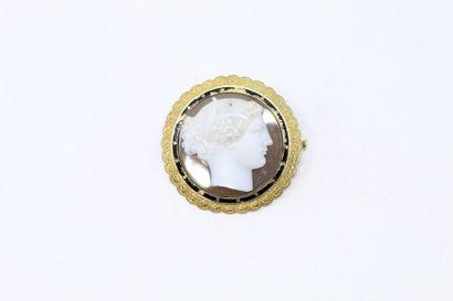 Broche ronde en or jaune 18k (750) à décor...