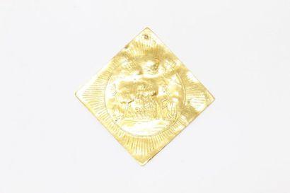 Plaque en or jaune 18k (750) à décor gravé...