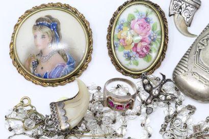 Ensemble composé de bijoux fantaisie dont...