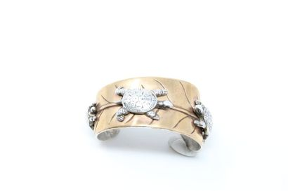 Bracelet rigide en laiton stylisant une feuille...