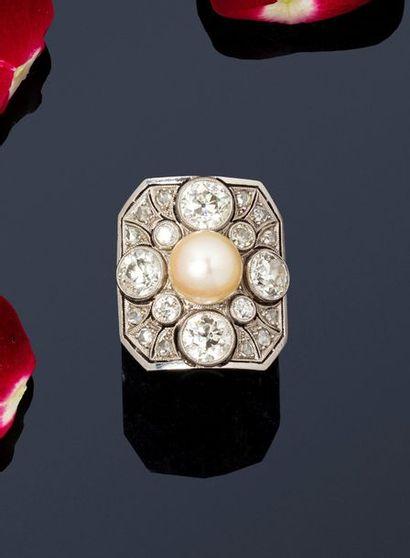 Bague en platine ornée d'une perle de culture,...