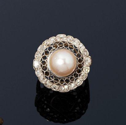 Bague en platine ornée d'une perle de culture...