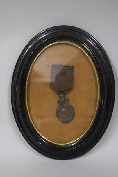 Médaille de Sainte Hélène en bronze patiné,...