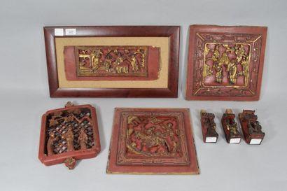 Ensemble de 7 éléments en bois sculpté laqué...