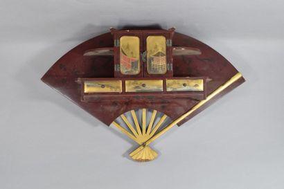Meuble miniature en bois laqué et doré composé...