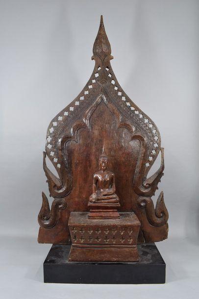 Bouddha en bois sculpté assis en dhyanasana,...