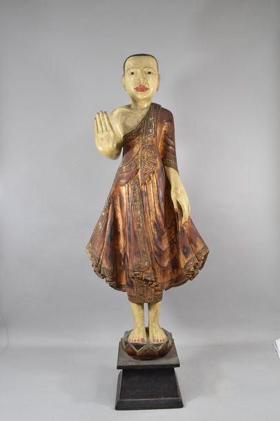 Bouddha en bois laqué la main droite levée...