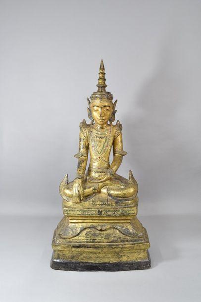 Bouddha en papier maché assis en dhyanasana,...