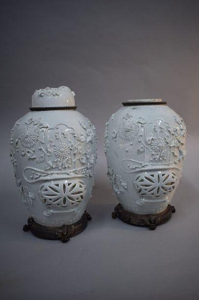 Chine, fin XIXème siècle  Paire de pots à...