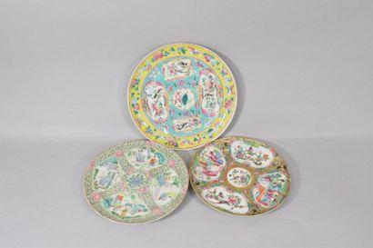 Chine Canton  Trois assiettes en porcelaine...